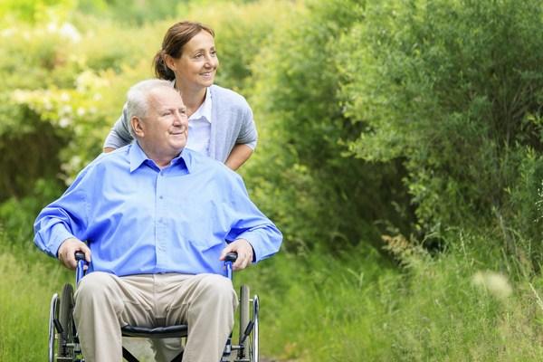 Cùng người cao tuổi đi dạo để hít thở không khí tự nhiên